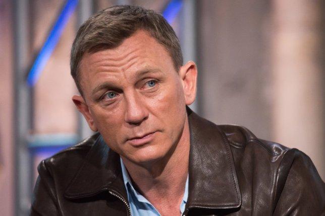 """Daniel Craig contó a 'ShortList' que las cámaras de fotos en los móviles han cambiado su vida: """"Los teléfonos son una pesadilla en mi vida. Hay gente que me saca fotos mientras ceno. Me gustaría decirles algo, pero no puedo. Pero cada móvil tiene una cámara así que… ¿cómo se puede parar? No podemos. Así que yo tampoco puedo ir a un pub, tomarme unas cuantas cervezas y cantar con alguien que esté allí porque alguien me va a grabar y lo va a poner en Internet"""", afirmó el actor."""