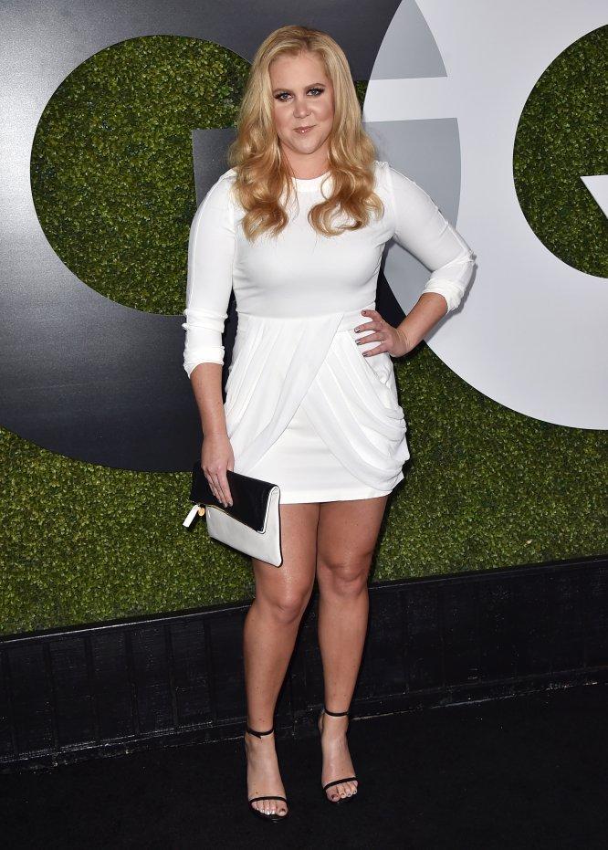 """Durante su visita al 'Howard Stern Show', Amy Schumer confesó que acudir a la exclusiva gala del Met fue para ella como un castigo: """"La gente intenta fingir que están teniendo una conversación y a mí no me gusta la farsa. Estamos todos allí vestidos como si fuéramos un montón de malditos idiotas"""", afirmó. La cómica admitió que se escapó pronto de la fiesta: """"Conocí a Beyoncé y me dijo: '¿Es tu primera gala del Met? A lo que yo le respondí: 'Y la última"""", detalló con completa sinceridad."""