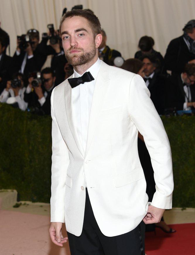 """""""Pasan 40 segundos desde que llego a un sitio y alguien me pide un autógrafo"""", contó Robert Pattinson a la revista 'Premiere'. Según el actor, es demasiado fácil seguir sus pasos gracias a las redes sociales: """"La culpa es de Twitter. Si Internet no existiera, estaría en paz""""."""