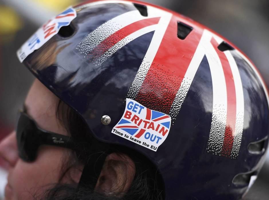 Un ciclista porta una pegatina pidiendo la salida británica de la Unión Europea (Reuters)
