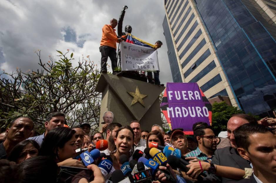 Opositores participan en una protesta contra el presidente Nicolás Maduro, el 20 de diciembre del 2016, en Caracas (EFE)