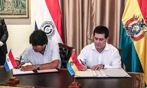 Evo Morales (izq.) y Horacio Cartes suscriben los acuerdos en Asunción. Foto: Presidencia de Paraguay