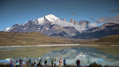 Turistas observan las Torres del Paine en la Patagonia chilena, a unos 1.960 kilómetros al sur de Santiago. La Patagonia es una región escasamente poblada ubicada en el extremo sur del continente, compartida por Argentina y Chile. (Crédito: MARTIN BERNETTI / AFP / Getty Images)
