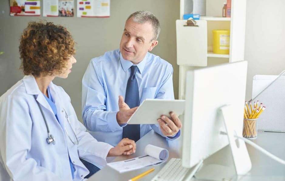 Los hombres tienden a recetar menos medicación en caso de que la paciente sea mujer. (iStock)