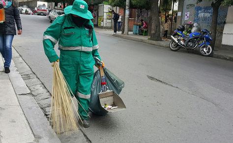 Una trabajadora de la empresa La Paz Limpia en plena labor en el centro de ciudad. Foto. La Razón