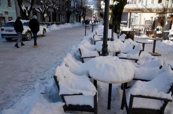 La nieve se amontona en una terraza de Cetinje, en Montenegro. (EFE)