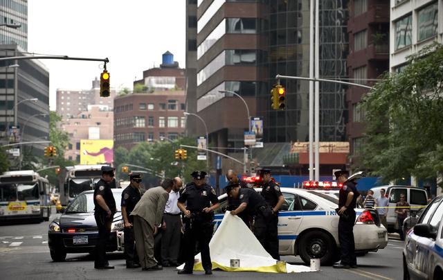 La policía rodea el cuerpo de Ruslana en la esquina de Water Street y Pine Street (Manhattan) la mañana de 28 de junio de 2008.