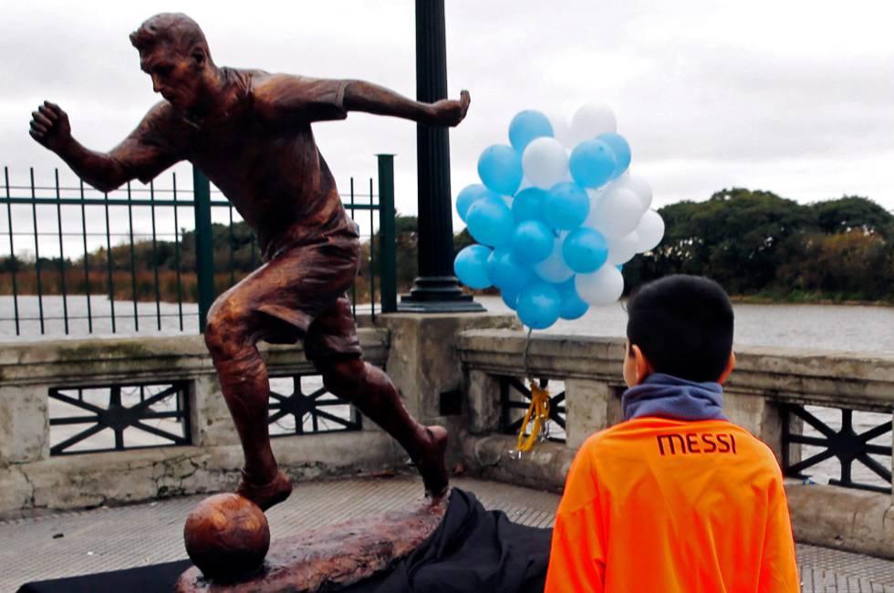 Estatua de Messi el día de su inauguración.