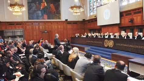 El expresidente EduardoRodríguez Veltzé ante los jueces de la Corte Internacional de Justicia (CIJ)en el Palacio de la Paz