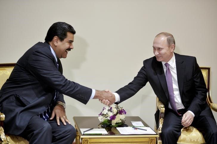 El presidente de Venezuela, Nicolás Maduro (a la izquierda en la imagen), junto a su par ruso, Vladimir Putin, en una reunión en Teherán, nov 23, 2015. REUTERS/Alexei Druzhinin/Sputnik/Kremlin