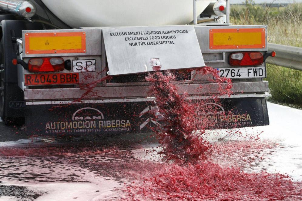 Foto: Camión cisterna español derramando vino en Francia.