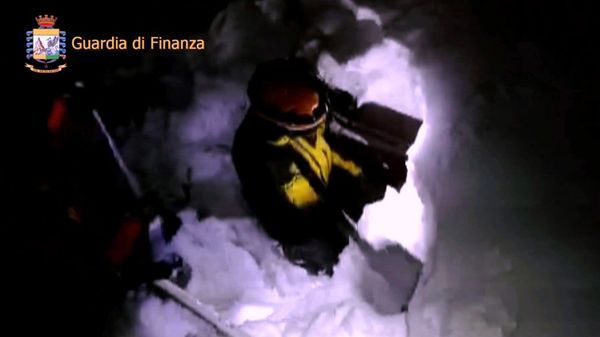Los rescatistas tuvieron que cavar en la nieve para llegar al hotel (AFP)
