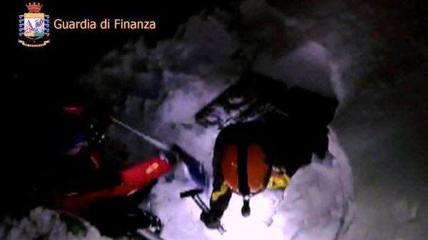 Los socorristas cavan en la nieve para llegar al hotel (AFP)