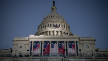 El capitolio engalanado por todas las bandera que ha tenido Estados Unidos en su historia republicana. (Crédito: David Paul Morris/Bloomberg via Getty Images