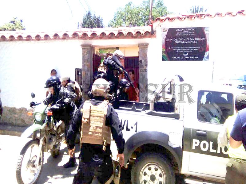Momento en que funcionarios policiales trasladaban desde San Lorenzo hasta el Penal de Morros Blancos al chofer de la flota Pilcomayo.