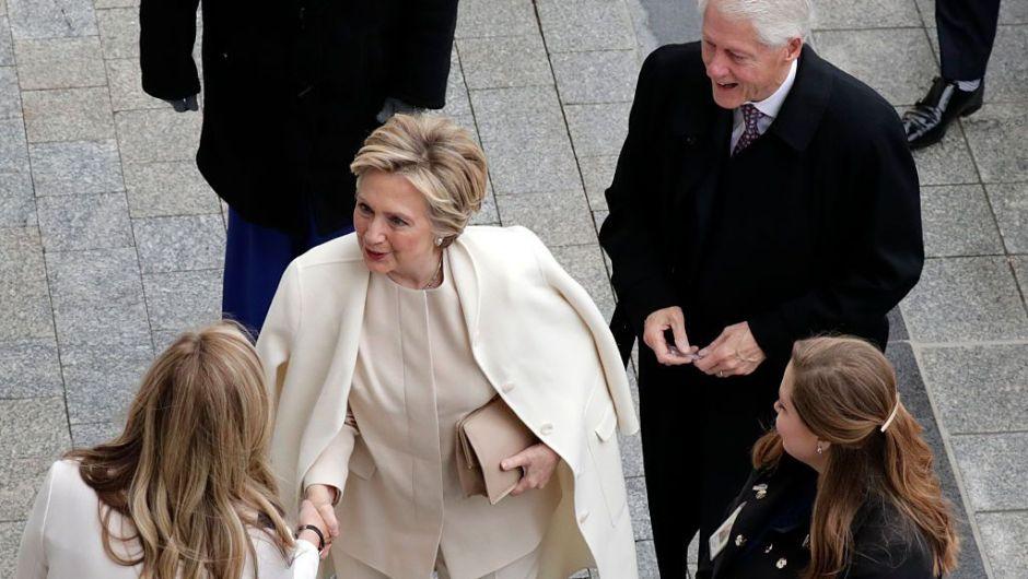 El expresidente Bill Clinton y la exsecretaria de Estado Hillary Clinton llegaron al Capitolio Nacional a la toma de posesión de Donald Trump. (Crédito: John Angelillo-Pool/Getty Images)