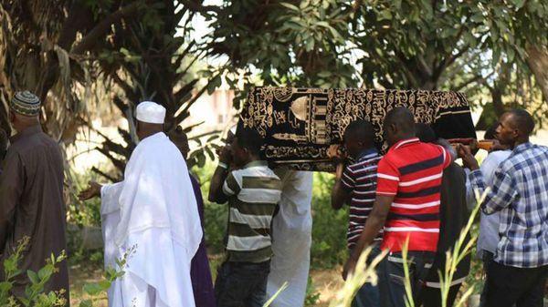 El presidente electo de Gambia, Adama Barrow, no asistió al funeral de su pequeño hijo. Estaba en Senegal a la espera de poder asumir su mandato legítimo