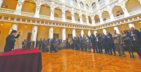 Posesión. El presidente Evo Morales toma el juramento a sus 20 ministros, 10 de ellos fueron ratificados y 10 son nuevos en el cargo. Foto: Wara Vargas