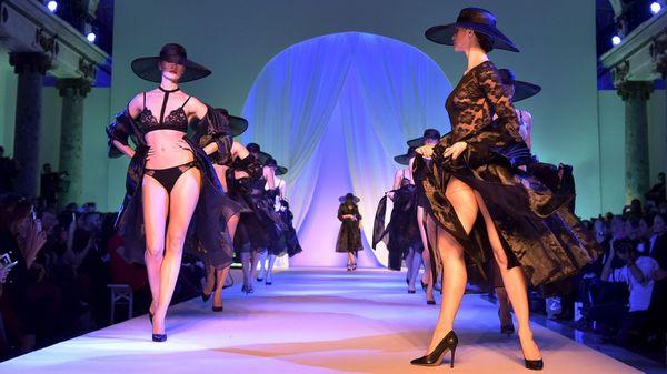 """Modelos presentan las creaciones de las principales marcas de lencería francesa en el desfile """"Lingerie, Mon Amour"""", realizado en París"""