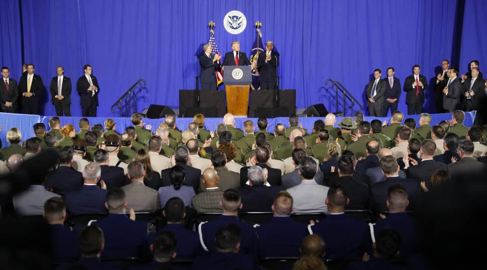 El presidente Trump comparece desde el Departamento de Seguridad Nacional.