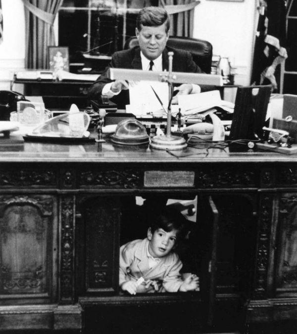 John F. Kennedy y el hijo john John en el Salón Oval