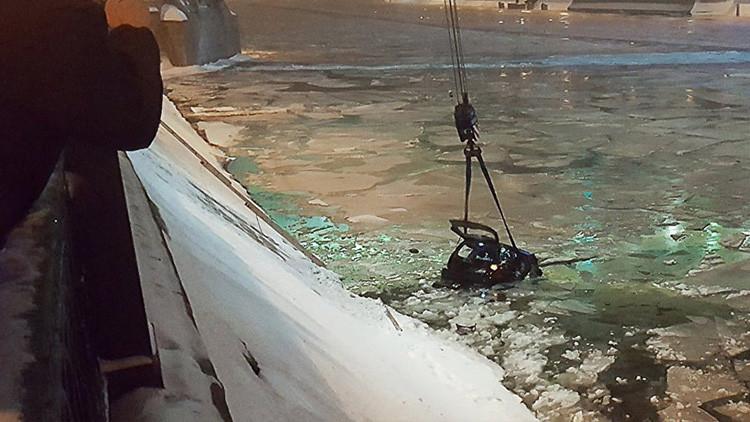 Arriesga su vida, salta a un río helado y saca del auto con vida a una mujer en Moscú (VIDEOS)