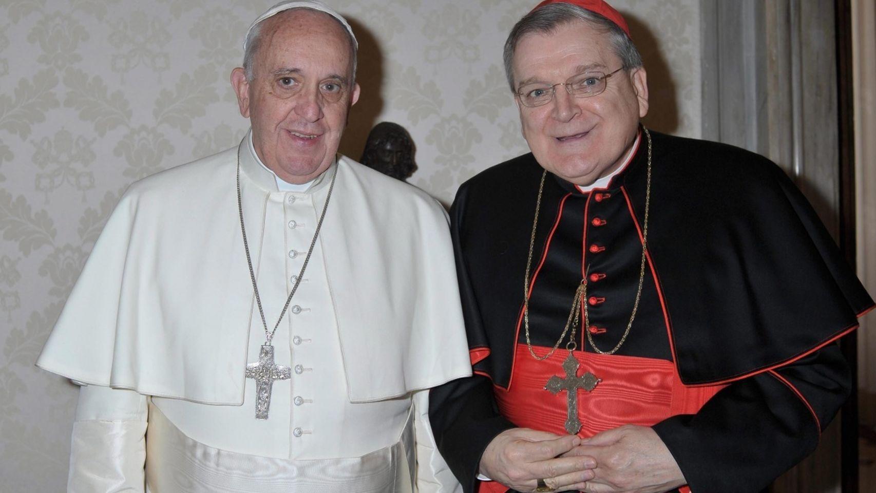 El papa Francisco junto al cardenal Raymond Leo Burke en septiembre de 2015.