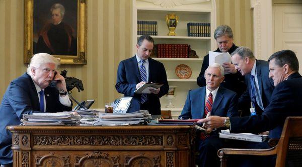 El mandatario Donald Trump conversa con líderes internacionales junto al jefe de gabinete Reince Priebus, el vicepresidente Mike Pence, el jefe de estrategia Steve Bannon, el vocero de Casa Blanca Sean Spicer y el asesor de Seguridad Nacional Michael Flynn (REUTERS)