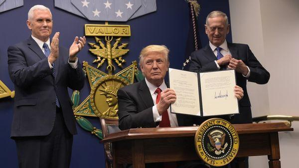 Donald Trump firmó el viernes el decreto que frena el ingreso de refugiados a EEUU (AFP)