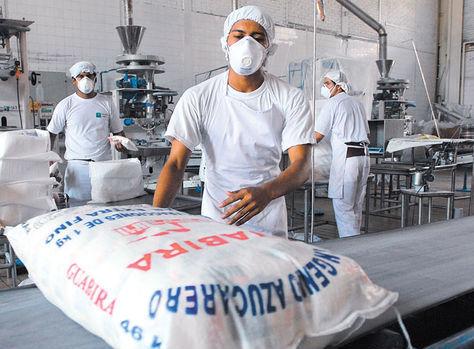 Trabajadores del ingenio Guabirá envasan el azúcar en Santa Cruz. Foto: Archivo.