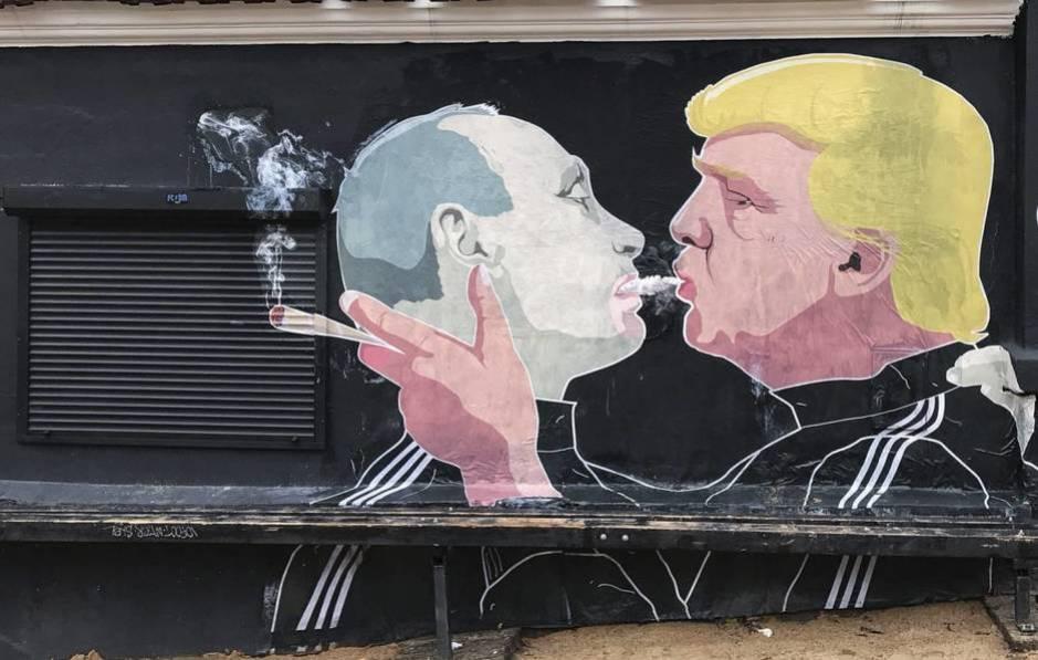 Grafiti que representa al presidente electo estadounidense, Donald Trump, y al presidente ruso, Vladímir Putin, mientras comparten el humo de un cigarro, en la pared de un restaurante en Vilnius, Lituania, el 20 de noviembre de 2016. (Efe/Roman Pilipey)