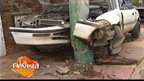 """Accidente: Auto se """"incrustó"""" en un poste de luz en la Moscú"""