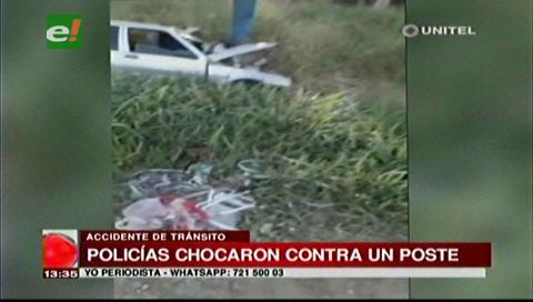 Policía ebrio choca su vehículo contra un poste