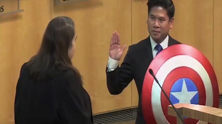 Video: Concejal californiano cambia la Biblia por el escudo del Capitán América al jurar a su cargo