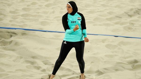 Una atelta egipcia compitió en los Juegos Olímpicos con un traje de cuerpo entero y el pelo tapado (Reuters)