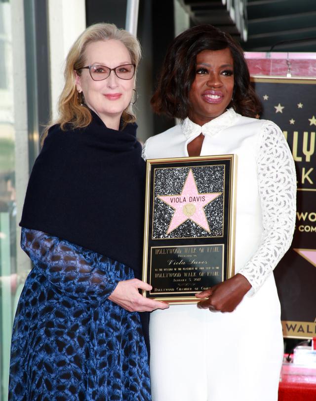Meryl Streep junto a Viola Davis, en la entrega a esta última de su estrella en el Paseo de la Fama el pasado 5 de enero.