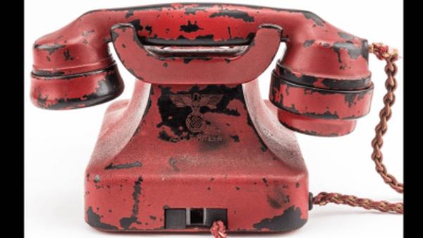 El teléfono original era negro, pero Hitler lo mandó a pintar de rojo y a grabarle su nombre en la parte trasera junto a una esvástica