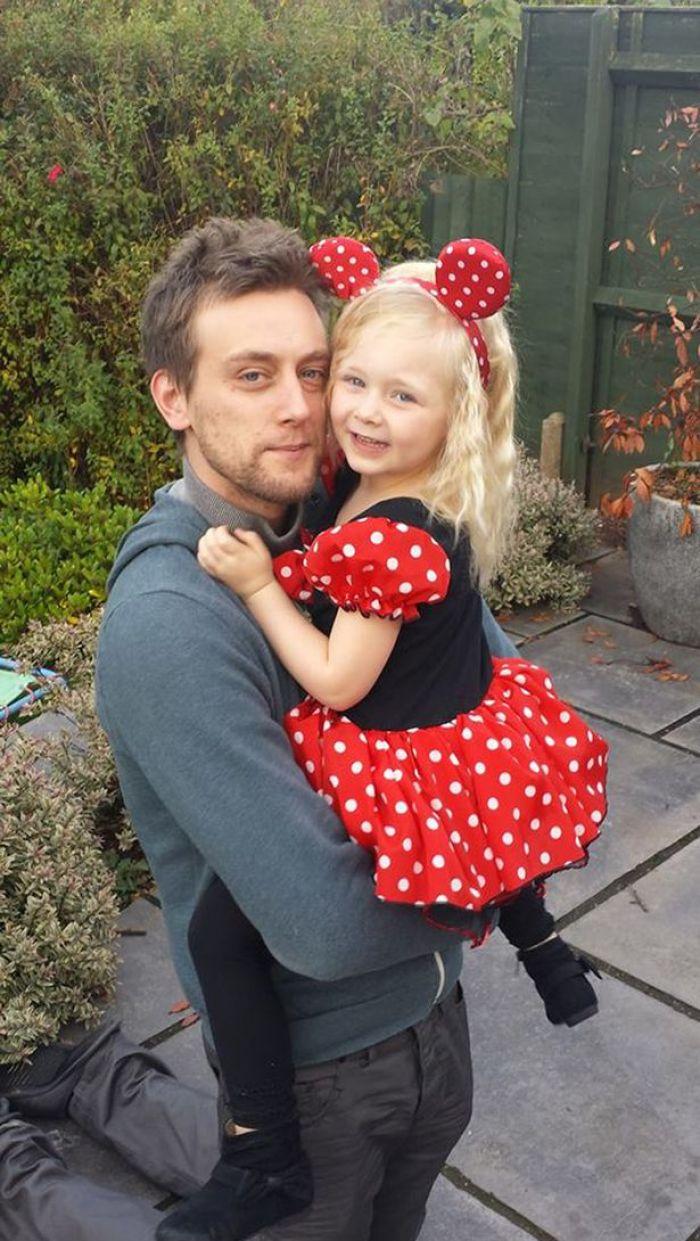 Tom Attwater con su hija vestida de mimi