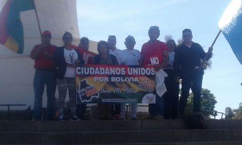 Un grupo de ciudadanos entregaron una oración para que se respete los resultados del referéndum a los pies del Cristo de la Concordia.