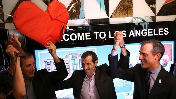 Ali Vayeghan es recibido por su hermano y un abogado (AFP)