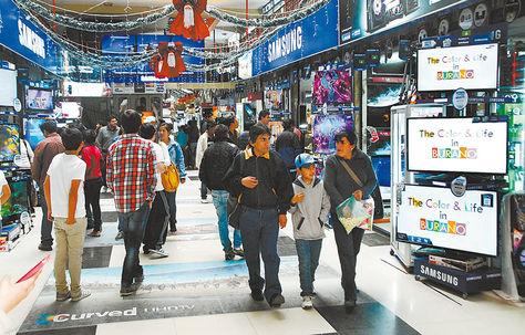 Comercio. Personas observan los productos de línea negra que se venden en las galerías de la calle Eloy Salmón.