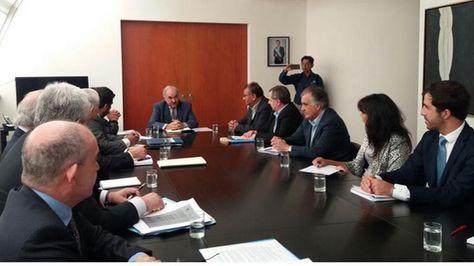 La comisión boliviana en reunión con el vicecanciller de Argentina, Pedro Villagra