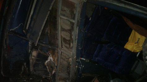 Restos del bus accidentado en la nueva carretera Cochabamba - Santa Cruz. Foto: Fernando Cartagena