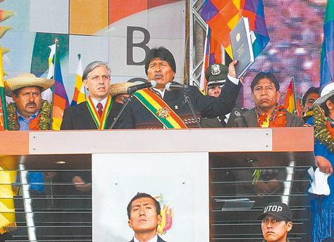 El presidente Morales sostiene la Carta Magna, lo acompañan otras autoridades de Estado. Foto: Archivo La Razón