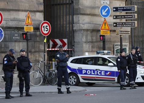 Agentes de policía montan guardia en los alrededores del museo Louvre en París, donde se efectuó el ataque. Foto: EFE