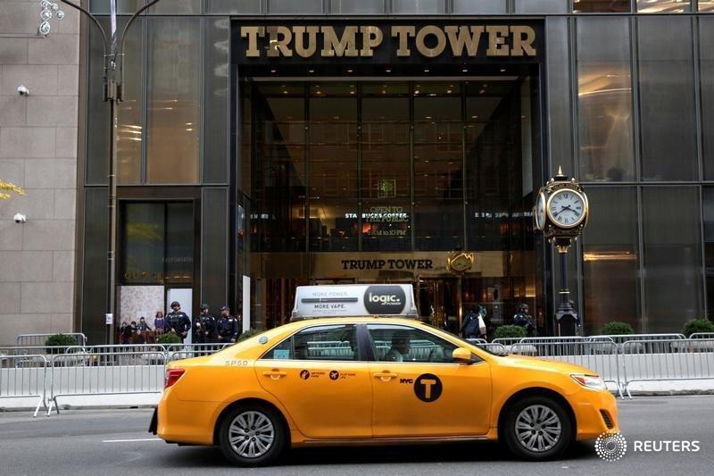 En la imagen, un taxi de la ciudad de Nueva York pasa frente a la Torre Trump