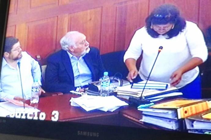 Audalia Zurita (d) toma la palabra en la audiencia del caso FOCAS. Foto: CORREO DEL SUR