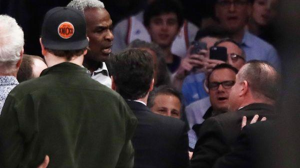 Charles Oakley protagonizó un escandaloso incidente en las gradas del Madison Square Garden (AP)
