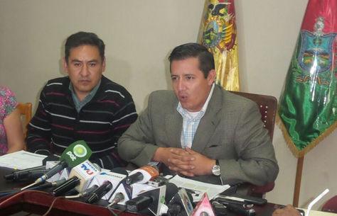El gerente General de la Cooperativa de Telecomunicaciones La Paz Ltda., Freddy Acebey, (der) en conferencia de prensa. Foto: Dennis Luizaga