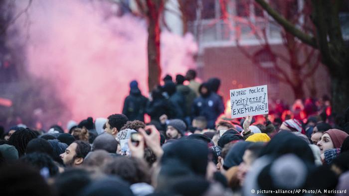 Frankreich Paris-Bobigny Protest nach Polizeigewalt & Misshandlung eines schwarzen Jugendlichen (picture-alliance/AP Photo/A. Morissard)